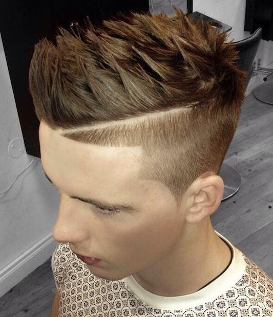 Una imagen de la barbería de un individuo joven con un peinado de corte sesgado peluda fresco y el pelo de punta