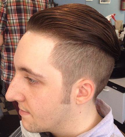 Una imagen barbrshop que ilustra el perfecto peinado hacia atrás peinado con corte para los hombres