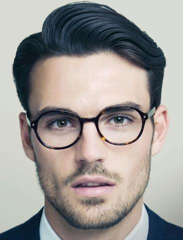 Un clásico lado de la parte peinado para los hombres