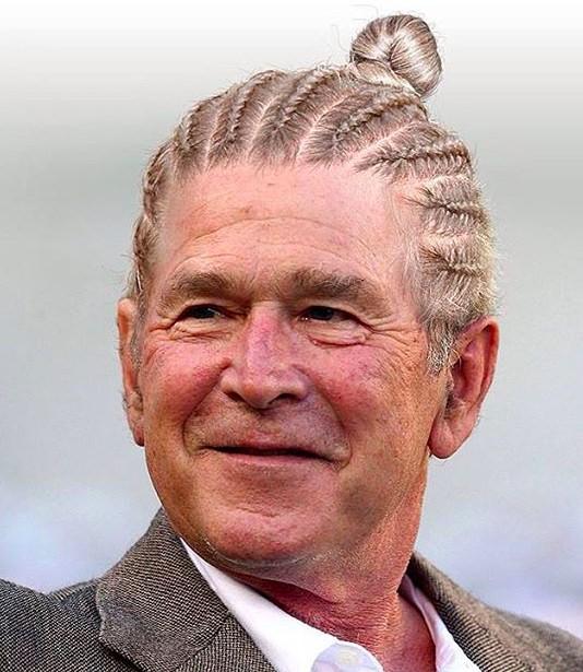 Una fotografía divertida de George W Bush, con su largo cabello peinado como trenzas