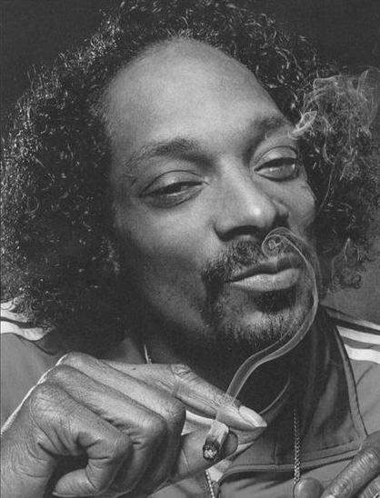 Una fotografía de Snoop Dogg mostrando su peinado afro con una línea de cabello retrocedido causada por alopecia de tracción a partir de años de usar trenzas