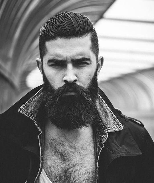 Una fotografía de una última moda fresco con un barrido lateral peinado del tallado y un estilo de barba completa