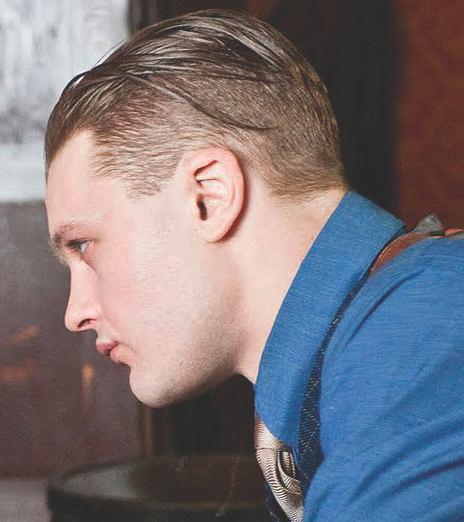 Una imagen de Boardwalk Empire representa Jimmy Darmody con un pulcro peinado hacia atrás el peinado del tallado
