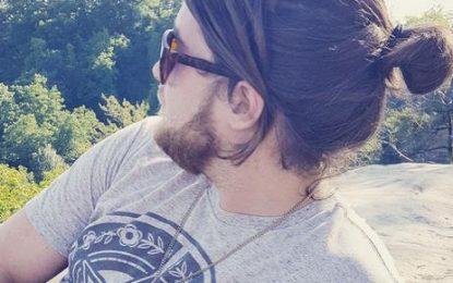 El corte de pelo perfecto para el hombre del bollo de la entalladura