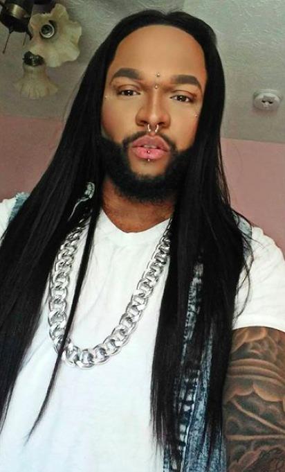 Una imagen de un hombre afroamericano con el pelo largo y recto que labrado por el centro de la cabeza con una plancha de pelo