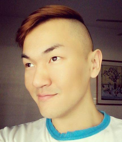 Una imagen de un hombre asiático con el corte de pelo del tallado perfecto y una parte peinado de lado