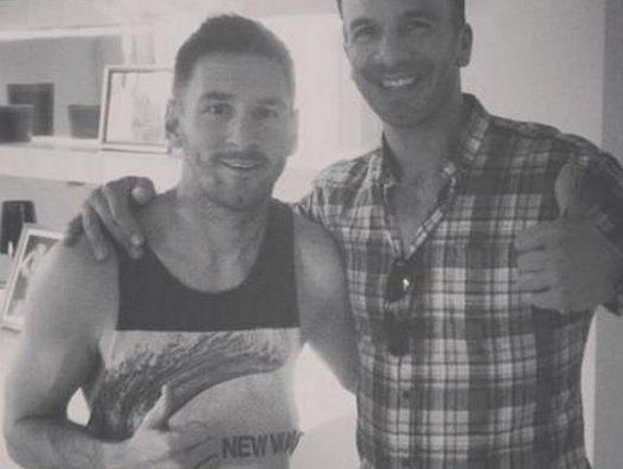 Leo Messi con su peluquero que le dio un nuevo corte de pelo