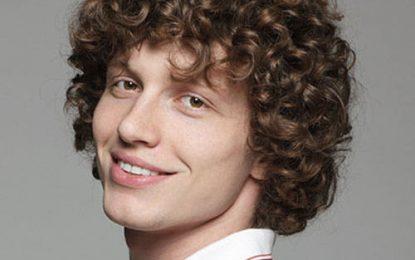 Las técnicas de peinado del cabello para hombres de pelo rizado