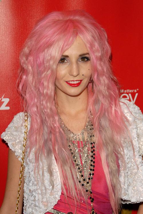 color rosa engarzado peinado