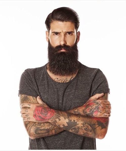 larga barba peinado hacia atrás mancha