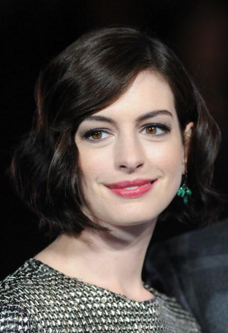 Anne Hathaway corto y grueso ondulado peinado de la sacudida de la Mujer
