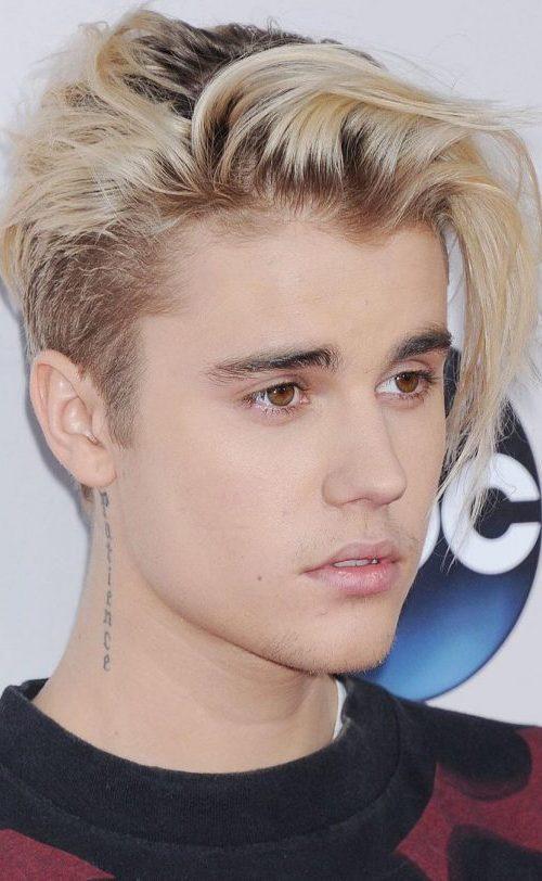 Flequillo de lado con raíces oscuras Justin Bieber
