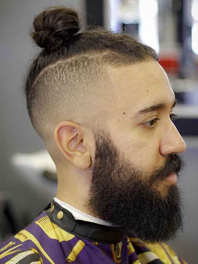 Top nudo peinado con la barba