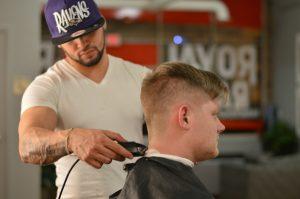peluquero con las podadoras