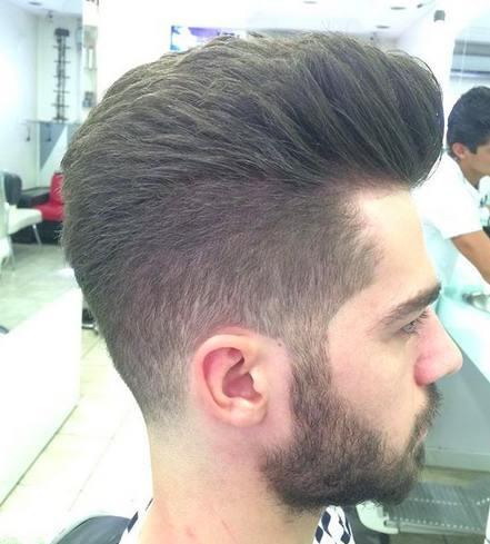 Una imagen de la barbería de un varón con un peinado de copete y un corte de pelo corto cono hecho con una cortadora de cabello