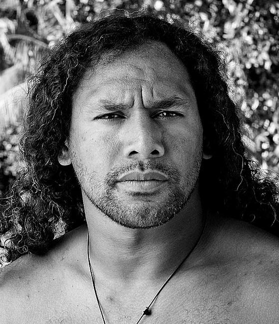 Una fotografía de Troy Polamalu con su pelo largo y rizado estilo hacia atrás mientras posando sin camisa