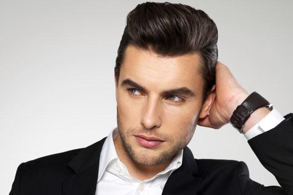 pelo rizado con flequillo peinado para los hombres