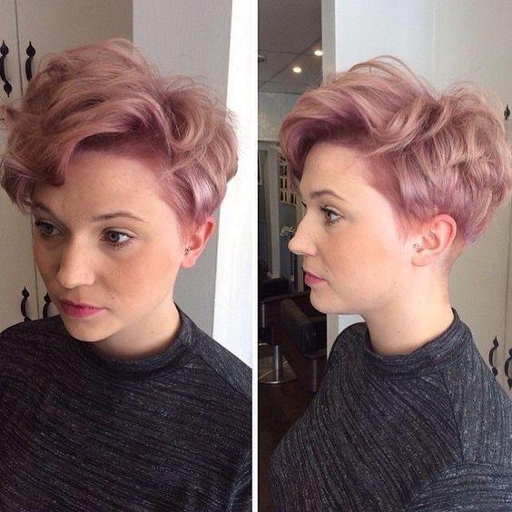 pastel del corte de pelo de color rosa duendecillo con el pelo ondulado - Verano peinados