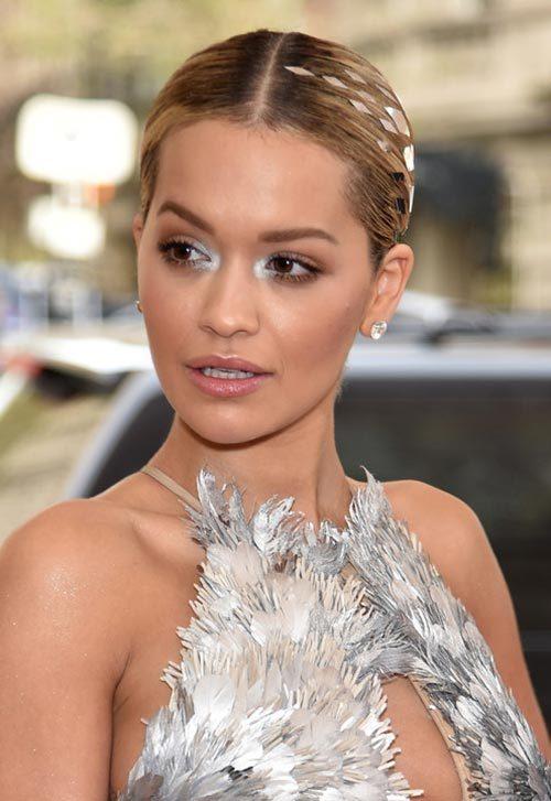 Rita Ora Met Gala 2016 resbaladiza espalda peinado