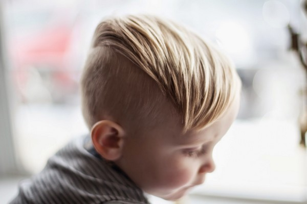 pelo de cepillo con un miğfer para los niños