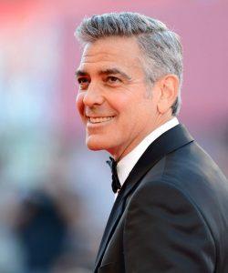 coiffure-homme-tendance-cheveux-courts-gris-raie-sur-co%cc%82te-george-clooney